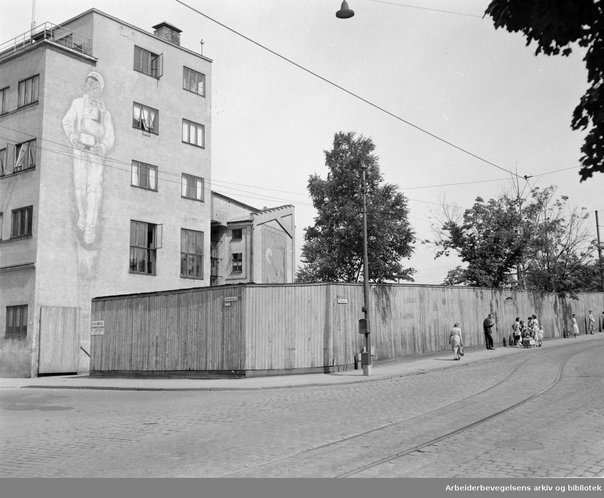 Sætre kjeksfabrikk på hjørnet av Østerdalsgata og Strømsveien, juli 1955